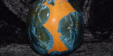 vase boule en porcelaine cristaux bleu sur fond orange