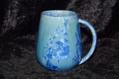 Grande tasse bleu avec des cristallisations bleues