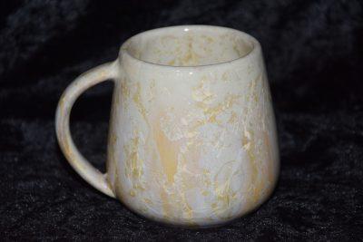 tasse en grès avec de cristaux blanc