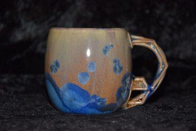 tasse anse multiforme cristaux bleu sur fond marron