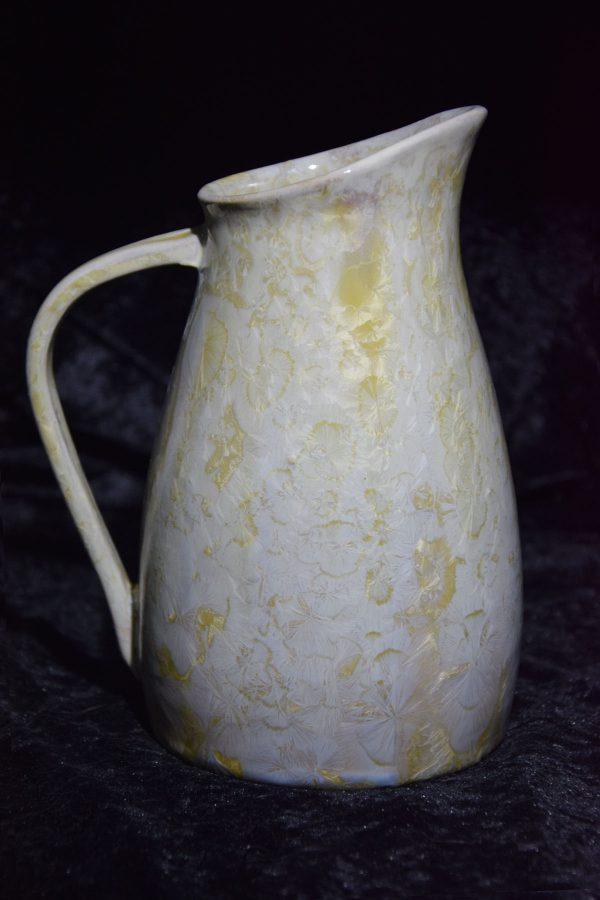 carafe en grès blanc avec des cristaux jaunes