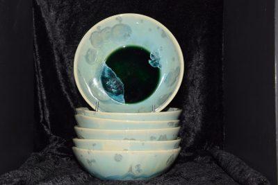 assiettes creuses artisanales en porcelaine turquoises