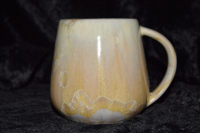 tasse en porcelaine artisanale anse simple beige or