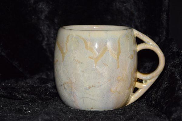 tasse en porcelaine ronde avec une anse ronde beige or