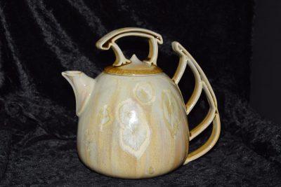 théière en porcelaine artisanale blanc caramel