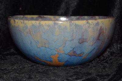 Saladier artisanal en grès avec des cristallisations bleues et mauves