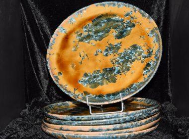 6 assiettes en grès artisanales orange cristaux bleus