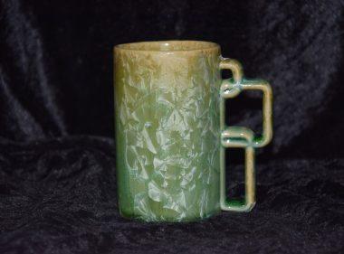 Mug en grès artisanal vert