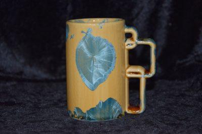 Mug artisanal en porcelaine orange avec des cristaux bleus