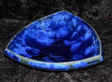 Petite coupe triangulaire en porcelaine bleu nuit