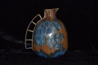 Carafe porcelaine cristaux bleu sur fond marron