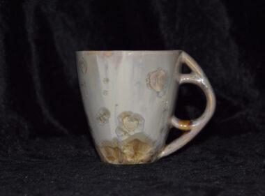 Tasse avec anse ronde porcelaine ocre mauve