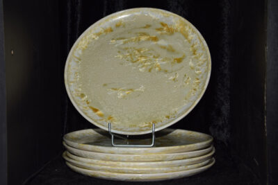 6 assiettes artisanales en grès blanc cristaux jaunes