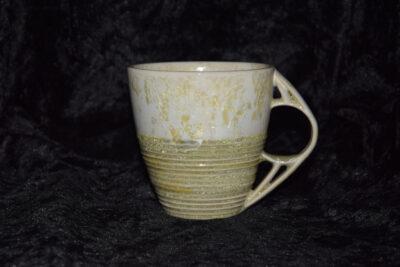 Tasse en grès avec des rayures blanc jaunes