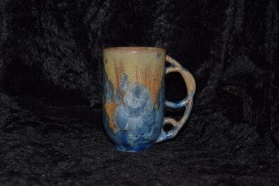 Tasse avec anse ronde en porcelaine